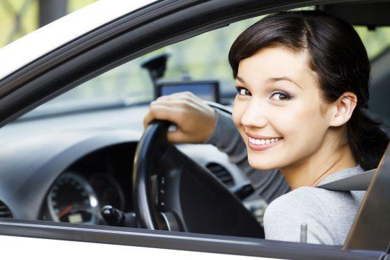 Frau schaut aus Autofenster