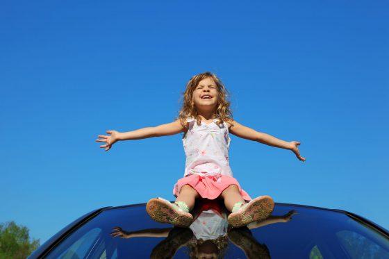 Mädchen auf Autodach